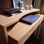 Компьютерный стол в интерьере домашнего кабинета