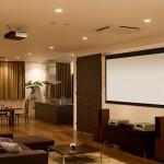 Дизайн интерьера с экраном проектора